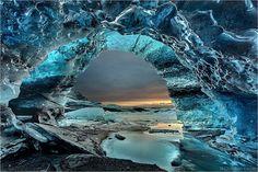 Ice cave in Iceland //The Crystal Grotto 以前,氷河に形成されたトンネルの内部の写真を紹介したがドイツの地学系写真家 Klepp 氏がアイスランドで撮影した美しい写真2枚を追加で紹介。 https://twitter.com/ogugeo/status/295298496968409090