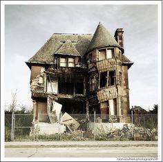 Slumpy, the tumble-down Detroit mansion