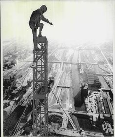 A construction worker stands atop the attenna of the Sears Tower, nearing completion, Chicago. He is untethered, about 1485 feet in the air… Lift Operator Training www. Old Pictures, Old Photos, Great Photos, Construction Safety, Construction Worker, Chicago Pictures, Interesting History, My Kind Of Town, Historical Photos