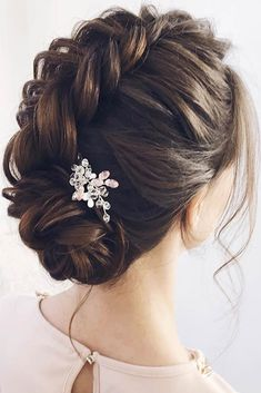 There are so many hairstyles for prom for ladies that it is so easy to get confused. To make this task effortless, we have picked only the best hairstyles. #hairstyle #promhairstyles