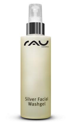 Das RAU Silver Washgel wirkt antimikrobiell durch MicrosilberBG und Spitzwegerich, gleichzeitig ist es feuchtigkeitsspendend und lindernd. Es sorgt für eine sanfte Reinigung der Gesichtshaut und eignet sich somit auch bestens für unreine oder sensible Haut. In Verbindung mit unserer RAU Silvercream ist es das Mittel gegen Pickel und Hautunreinheiten und hilft das Hautbild deutlich zu verbessern. RAU Silver Washgel hat einen PH-Wert von 6.