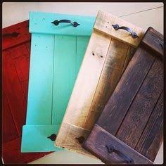 Bandejas feitas com paletes  Bandeja rústica fácil de fazer com restos de madeira ou paletes. Dá prá decorar com estencil, decoupagem, transfer,  tecido, etc...Fica linda . Use a sua criatividade e decore sua casa, dê de presente, ou ganhe um dim dim :)
