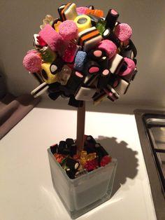 Een Engelse drop boom:-)) Floating Tea Cup, Candy Store, Creative Food, Diy And Crafts, Tea Cups, Ice Cream, Kids, Recipe, Sherbet Ice Cream