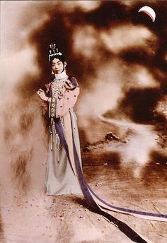 """梅蘭芳 (1894-1961)                             Mei Lan-fang in """"Heavenly maid scatters flowers,"""" 1918"""