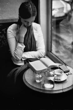 A black and white film story by photographer Jamie Beck of Paris in the Fall… Eine Schwarz-Weiß-Filmgeschichte des Pariser Fotografen Jamie Beck im Herbst … People Reading, Woman Reading, Book And Coffee, Coffee Shop, Coffee Time, Thomas Bernhard, Good Books, Books To Read, Reading Books