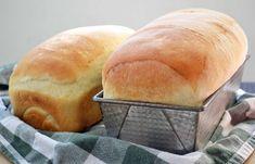 Vous avez toujours voulu faire de bons pains maison comme dans le Québec d'autrefois? Voici une recette super facile :) Bon appétit! Fluffy White Bread Recipe, Best White Bread Recipe, Light Airy Bread Recipe, 2 Loaf Bread Recipe, Bread Sandwich Recipes, White Bread Recipe With Milk, Water Bread Recipe, Kitchenaid Bread Recipe, Homemade Sandwich Bread