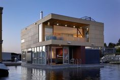 ~Luxury Floats: Lovely Modern Home on Seattle's Lake Union by Vandeventer + Carlander Architects is an unconventional take on the well-loved Seattle floating home. Architecture Design, Floating Architecture, Amazing Architecture, Seattle Architecture, Creative Architecture, Casas Containers, Lake Union, Water House, Boat House