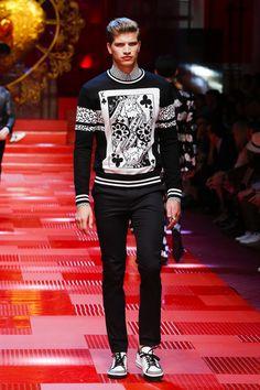 Dolce & Gabbana Summer 2018 Menswear Fashion Show Mens Fashion 2018, Trendy Mens Fashion, Mens Fashion Sweaters, Men Fashion Show, Mens Fashion Suits, Look Fashion, Fashion Design, Fashion 101, Fashion Ideas
