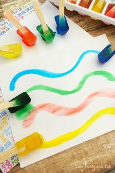 Make your own watercolor paint palette with ice and food coloring. Get the tutorial at easypeasyandfun.com.