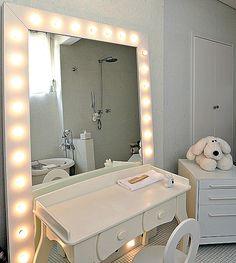 No banheiro das filhas, a arquiteta Valéria Blay instalou lâmpadas na moldura do espelho, para ficar igual a um camarim