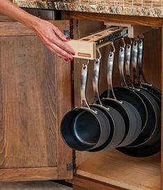 Kaos bland slevar, grytor och köksgeråd i köket? Här är 16 smarta förvaringstips och idéer du enkelt kan fixa själv – och som hjälper dig att hålla ordning och reda i köket. Missa inte heller att tävla med din egen smarta idé här!
