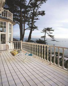 La grande terrasse en bois familiale fait face à la mer. Plus de photos sur Côté Maison http://petitlien.fr/8549