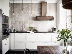 Дизайн кухни в скандинавском стиле с узорчатой плиткой