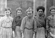 The History Place - Child Labor in America Lewis Hine Photos - Faces of Lost Youth. Faces of Lost Youth: Adolescent girls from Bibb Mfg. in Macon, Georgia. Vintage Pictures, Old Pictures, Vintage Images, Old Photos, Lewis Wickes Hine, Shorpy Historical Photos, Fondation Cartier, Working Woman, Working Girls