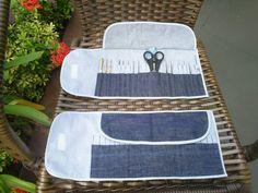 Porta agulhas de croche feito em tecido jeans e algodão com bolinhas azul claro e com viés azul. Porta 36 agulhas de croche, tesoura , régua (10 cm) , agulha de tapeceiro e alfinete. Fecho com velcro. cor disponível - a da foto. Ótima idéia para presentear crocheteiras. As agulhas , tesoura, etc, não acompanha o produto é meramente ilustração. R$ 23,00