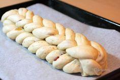 Najjednoduchšia hrnčeková vianočka s jednoduchým zapletaním. To X môže znamenať číslo desať, pretože vianočka je spletená z desiatich prameňov. No ono X znamená aj krížik, pretože sa nezapletá klasicky, iba sa horné pramene vždy prekrížia. Preto je jednoduchá aj pre začiatočníkov, ktorí nenabrali odvahu na zložitejšie zapletanie. 1 hrnček = 250 ml Kitchen Hacks, Hot Dog Buns, Christmas Cookies, Nutella, Pavlova, Cooking Recipes, Yummy Food, Sweets, Homemade