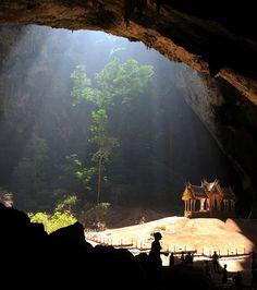 Un petit temple dans la Grotte Phraya Nakhon en Thaïlande