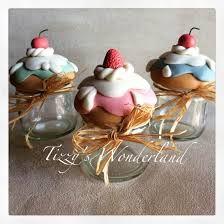 Resultado de imagen de frascos decorados con porcelana fria Clay Jar, Clay Mugs, Polymer Clay Cupcake, Polymer Clay Charms, Crea Fimo, Kitchen Ornaments, Clay Food, Clay Flowers, Foam Crafts
