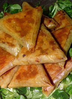 16 feuilles de brick Samoussas poulet curry 600 g de blanc. de poulet 3 c.à.s de curry rase 2 c.à.s de purée de tomate 2 oignons 100 g de petits pois sel, poivre 2 oeufs 100 g de beurre fondu pour les feilles de brick