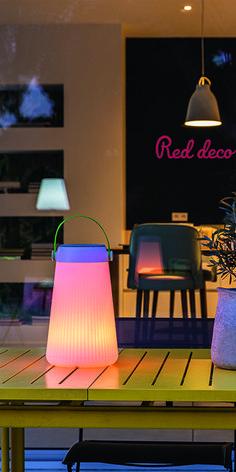 LAMPE ENCEINTE BLUETOOTH SANS FIL : la lampe enceinte Bluetooth Take Away Play sans fil est une lampe nomade avec une base LED intégrée blanc froid / blanc chaud / multicolore avec une intensité variable et une enceinte d'une puissance de 10W. Loin d'être une lampe ou une enceinte comme les autres, elle séduit par son originalité. Connectez-vous en Bluetooth avec votre smartphone ou votre tablette et diffusez la musique partout avec son haut-parleur intégré ! #lampe #bluetooth #enceinte… Lampe Decoration, Loin, Comme, Smartphone, Play, Home Decor, Audio System, Bed Reading Light