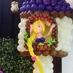 RapunzelPara o tema Enrolados,Valentina, quatro anos,pediu uma torre bem altacom a Rapunzel e suaenorme trança. StefanyGarcia, de Poços de Caldas(MG), mãe e decoradora,providenciou com balõeshappy day.