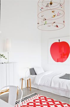 reting kids room red rug suspension appel print on Decokidsnco.over-blog.com suspension volière affiche pomme tapis chambre enfant rouge