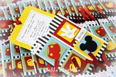Um convite super original e divertido no tema Mickey!    Um envelope decorado e o cartão contendo as informações da festa saem de dentro puxando-se uma linda fita de cetim!
