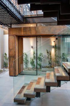Casa com arquitetura e decoração moderna maravilhosa!a escada mais linda que já vi. parabéns1