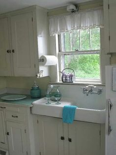 Kitchen sinks are a key element of great kitchen design from a practical and design standpoint. Find ideas from 70 Pretty Kitchen Sink Decor Ideas and Remodel. Farm Kitchen Ideas, Kitchen Sink Decor, Cottage Kitchen Cabinets, Kitchen Sink Design, Farmhouse Sink Kitchen, Cottage Kitchens, Home Kitchens, Farmhouse Style, Farm Sink