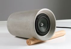 Supercool. Is that concrete? Love the simplicity and the low tech way of keeping the product stable.