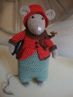 Ik kon het echt niet laten, wederom een muis gehaakt, deze muis heb ik iemand kado gedaan. Deze muis is het ontwerp van Antoinette van Ze... Crochet Mouse, Crochet Books, Cute Crochet, Crochet For Kids, Yarn Projects, Crochet Projects, Craft Patterns, Crochet Patterns, Crochet Christmas Trees