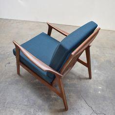 Mid Century Armchair, Mid Century Furniture, Sofa Bed Design, Furniture Design, House Furniture, Poltrona Design, Mid Century Design, Walnut Wood, Modern Chairs