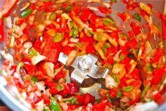 Una de las mejores virtudes de nuestro Thermomix® es el preciso control de temperaturas, que nos permitirá preparar sofritos perfectos con muy poco esfuerzo. Los sofritos son elaboraciones básicas de la cocina tradicional, que nos servirán para preparar arroces, estofados, calderetas, sopas, etc. Se preparan, como bien sabemos, con aceite y verduras. Los sofritos no necesitan de altas temperaturas. Para prepararlos lo primero es trocear las verduras, como ajos, cebolla y pimientos , durante…