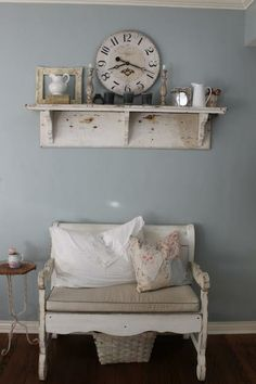 Blue grey walls with vintage look clock and furniture Cocina Shabby Chic, Shabby Chic Kitchen, Shabby Chic Homes, Shabby Chic Furniture, Painted Furniture, Casas Shabby Chic, Estilo Country, Country Style, Shabby Vintage
