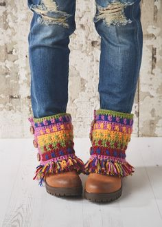 Brighten up a chilly day with Sara Huntington's multi-hued boot tops, from issue 52 of Simply Crochet. Crochet Leg Warmers, Crochet Boot Cuffs, Crochet Boots, Knit Boots, Crochet Slippers, Boho Crochet, Crochet Scarves, Crochet Clothes, Knit Crochet