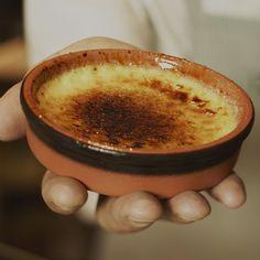 Crème brulée is een dessert dat altijd indruk maakt na een etentje. Serveer het eens met een scheut Licor 43 er in en prikkel de smaakpapillen van je vrienden.