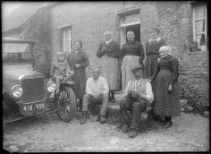 Un groupe de personnes pose devant une maison, dont André Goubert. [1922]-[1930].