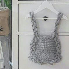 Baby Overalls Model with Knit Strap for Babies - Babykleidung Baby Knitting Patterns, Knitting For Kids, Crochet For Kids, Crochet Baby, Knit Crochet, Knitted Baby Clothes, Knitted Romper, Crochet Clothes, Baby Overalls