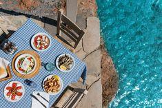 Vous partez en Crète ? Voici donc une sélection des plats incontournables qu'il faudra tester : mezzés, salade grecque, tsikoudia, galaktoboureko, escargots