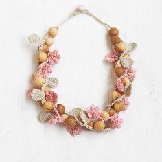 Handgefertigte klobige Halskette aus Aprikose Holz, Baumwollgarne (erröten Rosa und Beige) und japanische Glasperlen. Macht perfekte