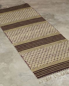 A striking design combining both decoration and tradition. Best suited for narrow spaces, such as hallways or as a bedside rug. Handmade Rugs, Bohemian Rug, Hand Weaving, Rag Rugs, Hallways, Bedside, Peugeot, Weave, Industrial