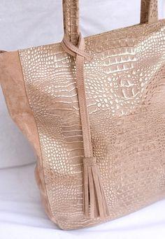 SHOPPING BAG. Cartera de cuero croco nude y dorado con gamuza nude.