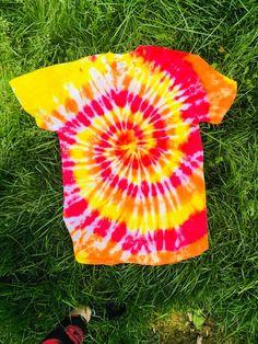 Etsy :: Your place to buy and sell all things handmade Tye Dye, Camisa Hippie, Camisa Tie Dye, Diy Tie Dye Shirts, Costura Diy, Tie Dye Crafts, Spiral Tie Dye, Yellow Ties, Orange Yellow