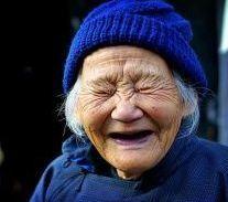 vieille femme | Un médecin ouvre une clinique du rire pour guérir même des maladies ...