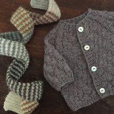Image of Cardigan og Roulade halstørklæde. Knitting For Kids, Baby Knitting Patterns, Crochet Bebe, Knit Crochet, Baby Vest, Baby Boy, Knit Fashion, Knitted Shawls, Baby Sweaters