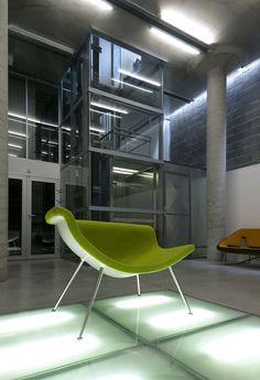 Autor svoj ateliér opisuje ako kontajner na myšlienky. Šesťpodlažná budova slúži na tvorbu a poskytuje komfort potrebný na sústredenie. #rodinnydom #stavba #svojpomocne #stavebnymaterial #ytong #zdravebyvanie #vysnivanydom #modernydom #staviamedom #byvanie #rodinnebyvanie #modernydomov #architektura #dizajn #dizajninterieru #atelier Eames, Chair, Furniture, Home Decor, Author, Atelier, Decoration Home, Room Decor, Home Furnishings