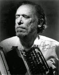 Bukowski Si no te sale ardiendo de dentro,  a pesar de todo, no lo hagas. A no ser que salga espontáneamente de tu corazón y de tu mente y de tu boca y de tus tripas,  no lo hagas. Si tienes que sentarte durante horas con la mirada fija en la pantalla del ordenador o clavado en tu máquina de escribir buscando las palabras,  no lo hagas. Si lo haces por dinero o fama, no lo hagas.   http://entremontonesdelibros.blogspot.com.es/2015/01/escritor-charles-bukowski-mientrasleo.html