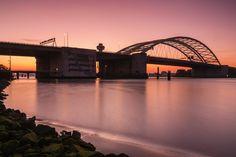 Rode zonsopkomst bij de Brienenoordbrug in Rotterdam.