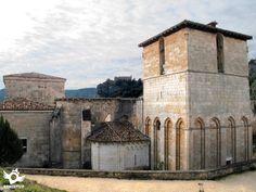 El Monasterio de San Pedro de Arlanza se ubica a orillas del río Arlanza, en la sierra de Las Mamblas, en el municipio de Hortigüela, en un enclave misterioso y romántico protegido por la espesura del bosque de sabinas que lo envuelve.