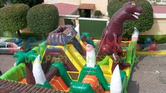 El juego Inflable Carrera Jurasica es un juego que consta en una carrera de multiples obstaculos. Los niños encontraran miles de actividades dentro de este juego. Encontraran 3 escaladoras, 3 resbaladillas, punching bas horizontales y verticales y lo mejor de todo un dinosaurio Rex gigantesco. Es un juego inflable muy lucidor para tu evento y con gran capacidad.